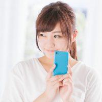 フリマアプリで欲しい商品を落札できた女性